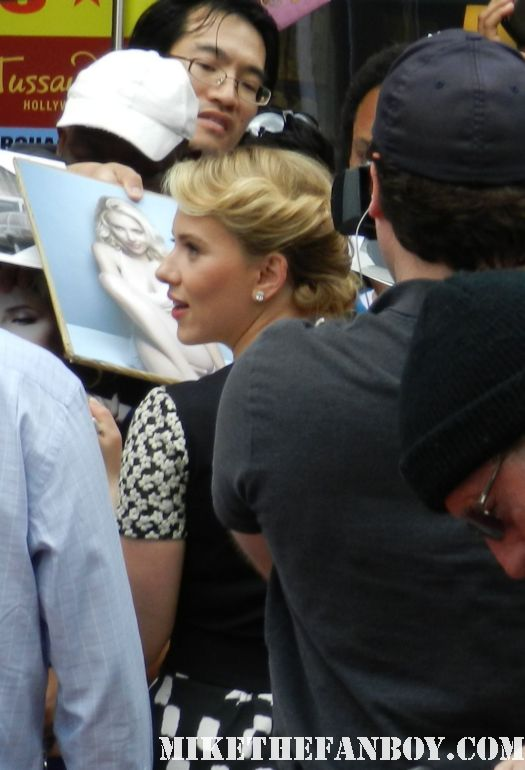 scarlett johansson signing autographs for fans at her walk of fame star ceremony rare promo hollywood hot sexy avengers star rare promo dance signed autograph