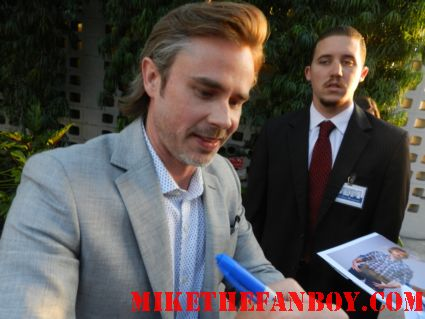 sam trammell signing autographs for fans at the true blood season 5 world movie premiere rare promo