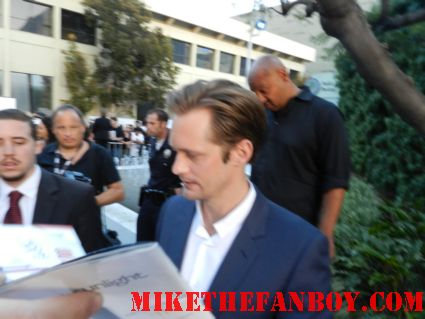 alexander skarsgard looking sexy signing autographs for fans at the true blood season 5 premiere in hollywood  signed autograph true blood season 5 promo poster rare hot sexy pam signing autographs true blood season 5 premiere