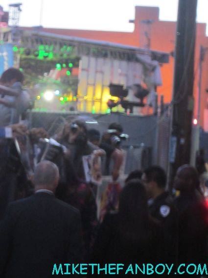 katy perry signing autographs along the fence at jimmy kimmel live hot sexy hot and cold singer i kissed a girl