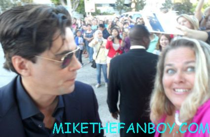 pretty in pinky from mike the fanboy .com with traffic star the sexy benicio del toro posing for a fan photo at the savages world movie premiere