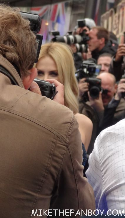 charlize theron signing autographs a the uk premiere of prometheus in london hot sexy model photo shoot rare promo