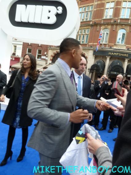 will smith signing autographs  to the uk premiere of men in black III 3 men in black dancers the men in black III 3 uk movie premiere red carpet with will smith josh brolin emma thompson and more