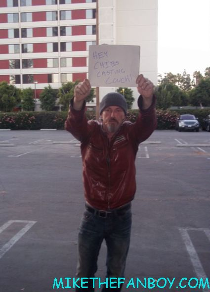 Tommy Flanagan on the set of sons of anarchy holding a sign up for crib's casting couch rare hot sexy
