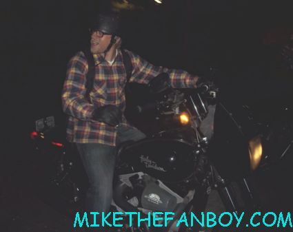 charlie hunnam signing autographs for fans on the set of sons of anarchy hot sexy rare promo jaxx sacrmo
