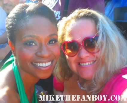 adina porter from true blood poses with pinky at the true blood season 5 world premiere in los angeles