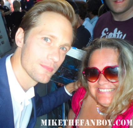 alexander skarsgard posing for a fan photo at the true blood season 5 world movie premiere in hollywood rare hot sexy vampire