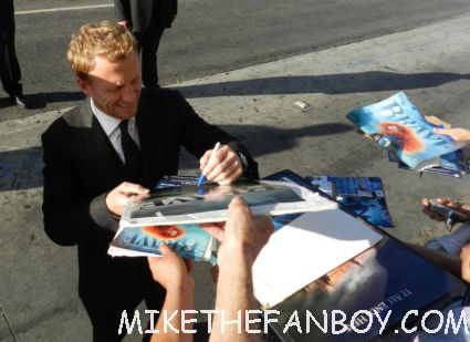 kevin mckidd signing autographs for fans at the world premiere of brave in hollywoodbag pipe players at walt disney's world premiere of brave pixar rare red carpet scottish animated classic