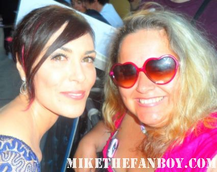 michelle forbes posing for a fan photo at the true blood season 5 world movie premiere in hollywood rare hot sexy vampire