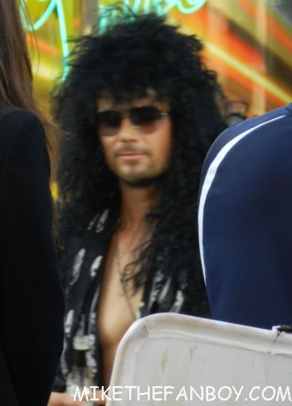 josh duhamel shirtless and sexy at the rock of ages world movie premiere in rock star drag
