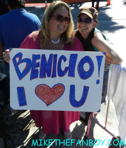 pinky and liz at the savages world movie premiere in westwood holding a sign for Benicio del toro