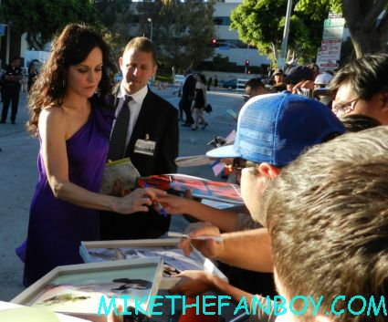 mary louise parker from weeds signing autographs for fans at the savages world movie premiere in westwood hot sexy nancy botwin