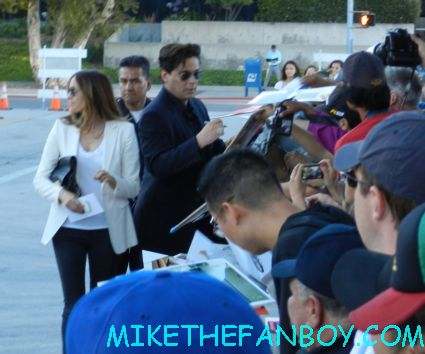 Benicio Del Toro signing autographs for fans at the savages world movie premiere hot sexy traffic star