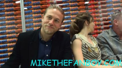sexy hot charlie Hunnam signing autographs for fans with the sons of anarchy cast san diego comic con 2012 sdcc rare promo jax rare