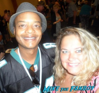 mike the fanboy's pinky with different strokes star todd bridges posing for a fan photo at the hollywood show
