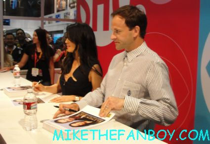 jonny lee miller and lucy liu signing autographs for fans at the cbs booth at san diego comic con 2012 sdcc elementary signing