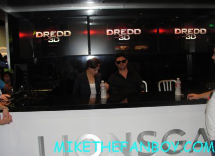 karl urban and olivia thirlby signing autographs at the lionsgate booth for judge dredd rare promo poster