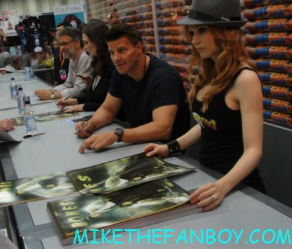 david boreanaz and emily deschanel signing autographs at san diego comic con 2012 sdcc rare hot sexy bones stars