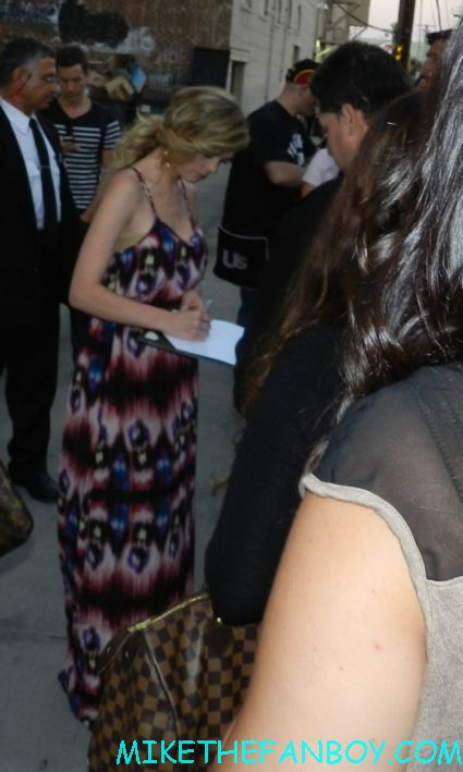 dreama walker hot sexy signing autographs for fans don't trust the B- in apt 23 gossip girl