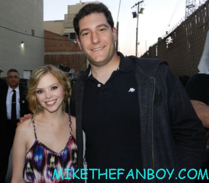 dreama walker posing with mike the fanboy outside a talk show taping dreama walker hot sexy signing autographs for fans don't trust the B- in apt 23 gossip girl