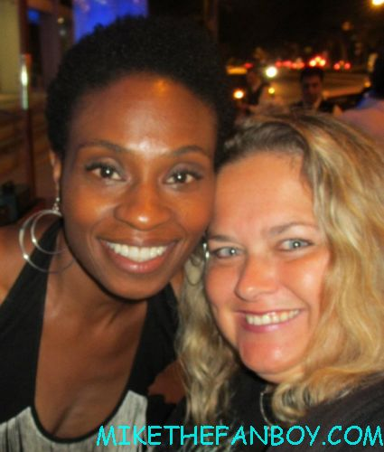 adina porter  posing for a fan photo at the true blood season 5 wrap party hot sexy cougar town star