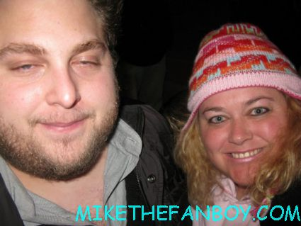 jonah hill in a failed attempt to take a fan photo with pinky from mike the fanboy proving he is a major asslicking douche