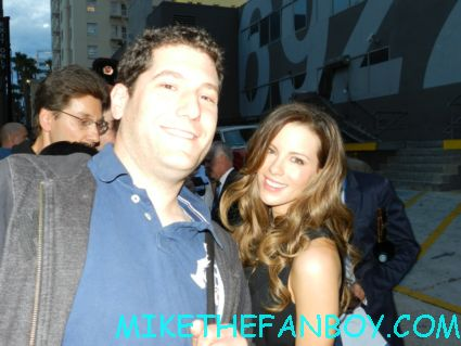 mike the fanboy ni a fan photo with the stunning kate beckinsale after she signs autographs for fans