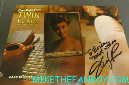 sherlyn fenn and  Sheryl lee signing autographs twin peaks japanese program  at sexy jon berthanal signing autographs at wizard world chicago 2012 opening gates sign logo rare promo with norman reedus sheryl lee rare autograph signed hot