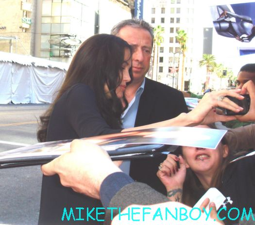 angelina jolie signing autgoraphs at the kung movie premiere for the dvd release of kung foo panda on dvd with angelina jolie dustin hoffman jack black autographs and more