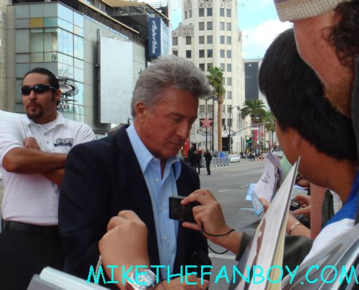 dustin hoffman signing autgoraphs at the kung movie premiere for the dvd release of kung foo panda on dvd with angelina jolie dustin hoffman jack black autographs and more