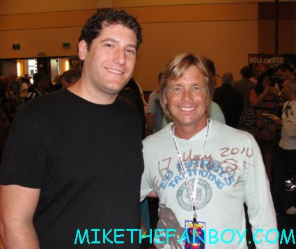 chris atkins and mike the fanboy posing for a fan photo at Henry Winkler AKA The Fonz from Happy Days The Hollywood Show in Burbank at the Marriott rare promo autograph show rare meet celebrities