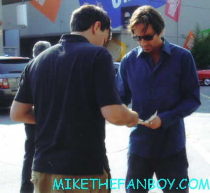 david duchovny signing autographs for fans scott from Mike the fanboy with x-files star sexy david duchovny posing for a fan photo at the tonight show