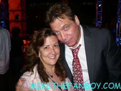 Holt McCallany from lights out posing with mike the fanboy's suddenly susan at the real steel movie premiere