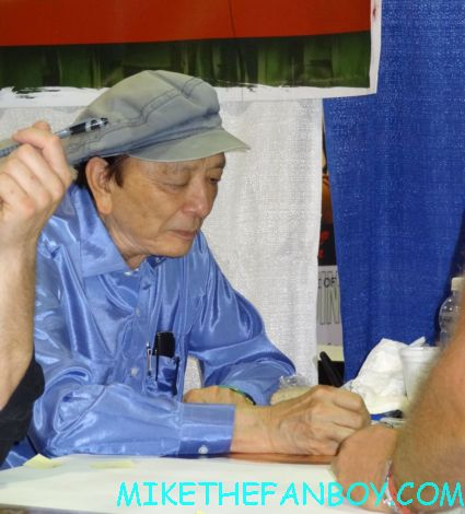 james hong signing autographs twin peaks japanese program  at sexy jon berthanal signing autographs at wizard world chicago 2012 opening gates sign logo rare promo with norman reedus sheryl lee rare autograph signed hot