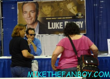 luke perry signing autographs twin peaks japanese program  at sexy jon berthanal signing autographs at wizard world chicago 2012 opening gates sign logo rare promo with norman reedus sheryl lee rare autograph signed hot