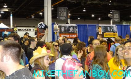 the pit of people waiting for norman reedus at wizard world chicago 2012 opening gates sign logo rare promo with norman reedus sheryl lee rare autograph signed hot