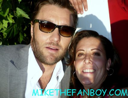 suddenly susan from Mike the fanboy posing with Joel edgerton for a fan photo at the odd life of timothy green movie premiere