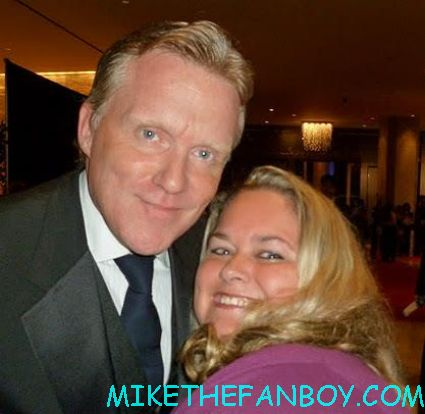 anthony michael hall posing for a fan photo with pinky from mike the fanboy hot sexy vacation 16 candles johnny be good star hot rare promo