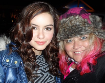 ariel winter from modern family posing for a fan photo with pinky from mike the fanboy signed autograph