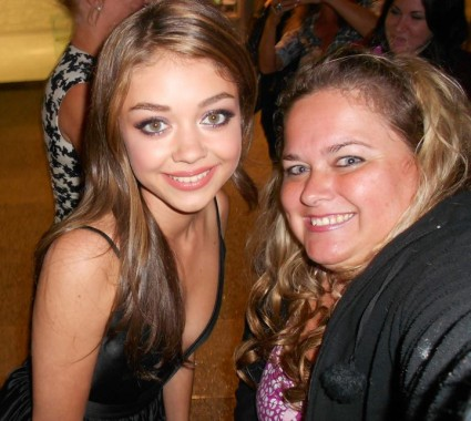 sarah hyland from modern family posing for a fan photo with pinky from mike the fanboy signed autograph