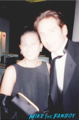 David Duchovny posing for a fan photo at the emmy awards hot sexy mulder rare promo signed autograph