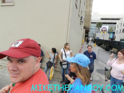 the crowd of people waiting for jennifer garner at jimmy kimmel to sign autographs sydney bristow