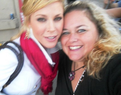 julie bowen from modern family posing for a fan photo with pinky from mike the fanboy signed autograph