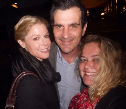 julie bowen and ty burrell from modern family posing for a fan photo with pinky from mike the fanboy signed autograph