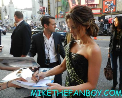 sexy kate beckinsale signing autographs at the total recall world movie premiere hot sexy rare promo