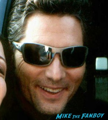 Eric bana posing for a fan photo but sadly suddenly susan gets a fanboy photo flop in her fan photo