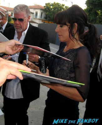 ron perlman and katey sagal signs autographs for fans at the sons of anarchy world premiere in westwood rare promo