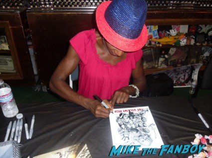 Jeryle Prescott (Jacqui) walker signing autographs for fans at the walking dead season 2 dvd signing at dark delicacies rare promo
