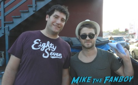 Benjamin McKenzie posing for a fan photo with mike the fanboy at a play reading in los angeles hot sexy the oc star southland