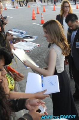 Anna Kendrick signing autographs at the end of watch movie premiere jake gylenhall signing autographs 011